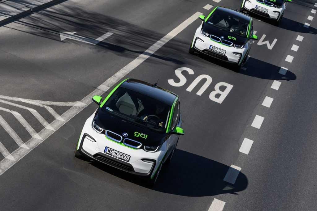 Электрические BMW i3 едут по полосе общественного транспорта